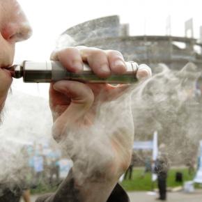 Francia, l'appello di 120 medici in favore della sigarettaelettronica